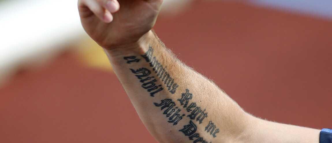 Que signifie le tatouage latin sur le bras d 39 olivier giroud - Tatouage derriere le bras ...