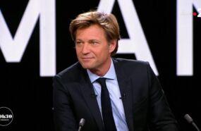 20h30 le dimanche : Laurent Delahousse troublé par une allusion à sa compagne a bien du mal à conclure son journal (VIDEO)